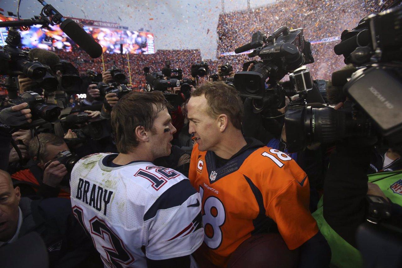 Tom Brady felicita a Peyton Manning tras la victoria de los Broncos