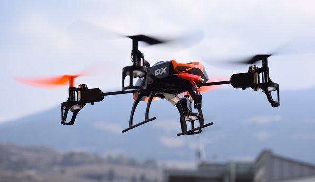 La Policia Foral denuncia al piloto de un dron que colisionó con un vehículo
