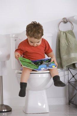 Niño en el baño con estreñimiento