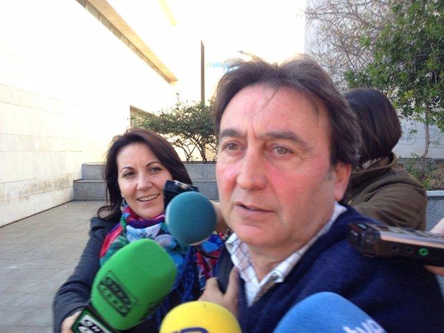 El piloto Adrián Campos atiende a los medios en la Ciudad de la Justicia