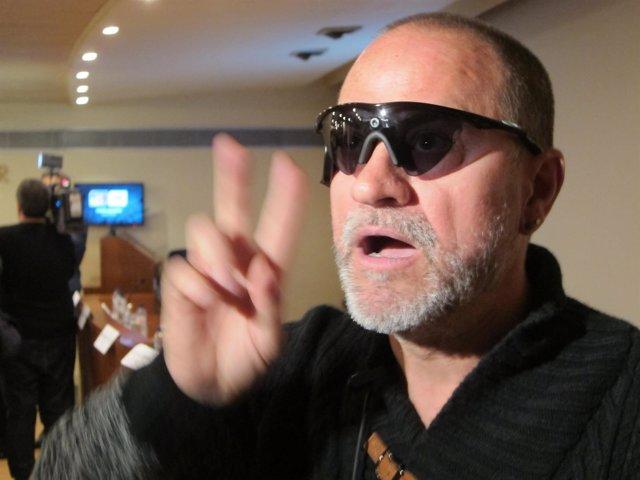 Carlos Martínez, paciente con un implante de retina recupera parte de la visión