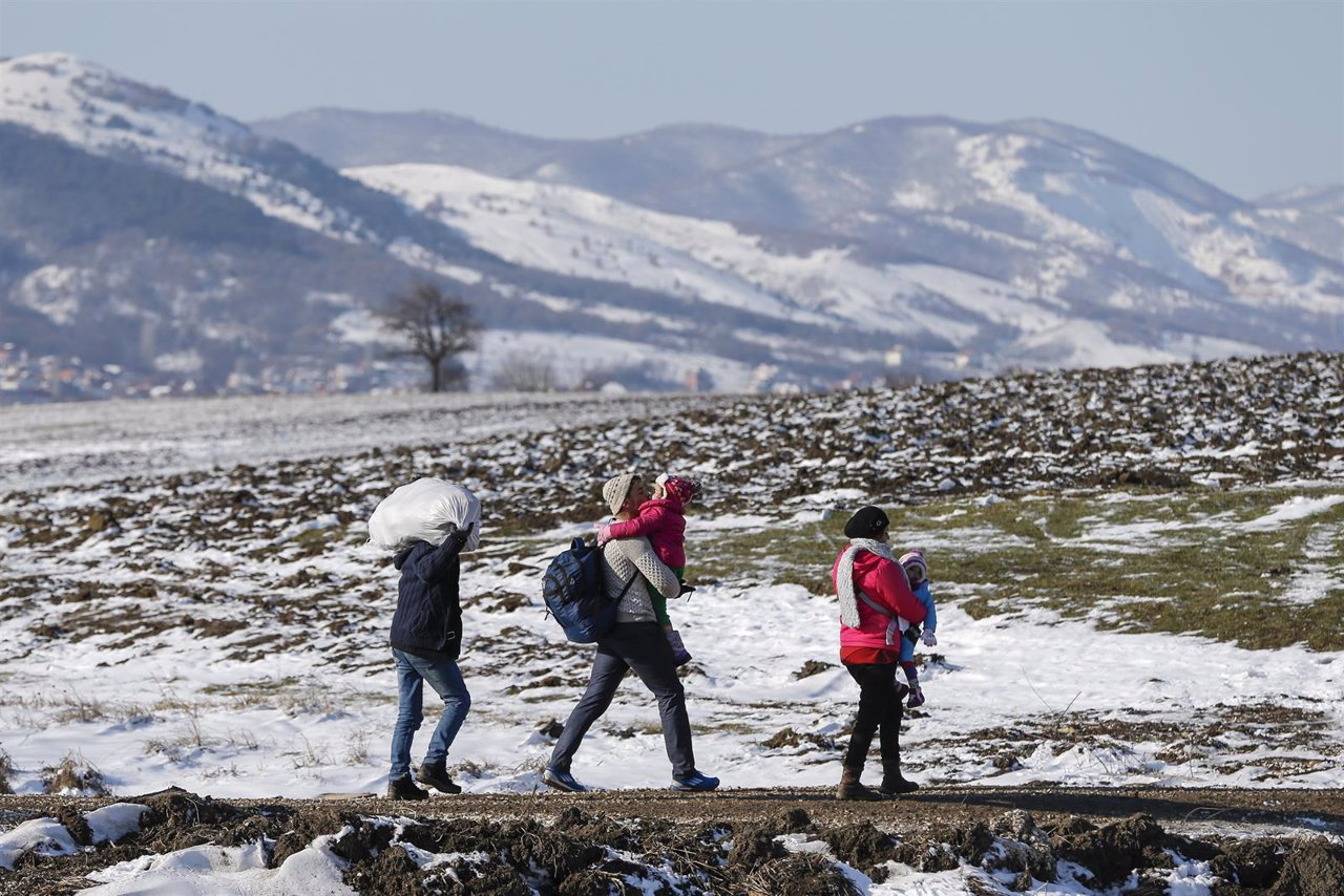Un grupo de refugiados tras cruzar la frontera entre Macedonia y Serbia