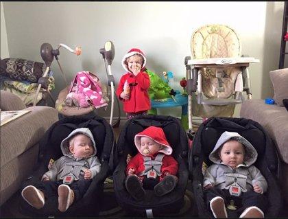 La supermamá que cambia a cuatro bebés a la vez y triunfa en internet