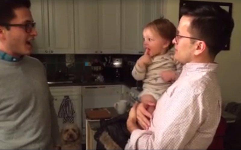 La tierna reacción de un bebé ante el gemelo de su padre