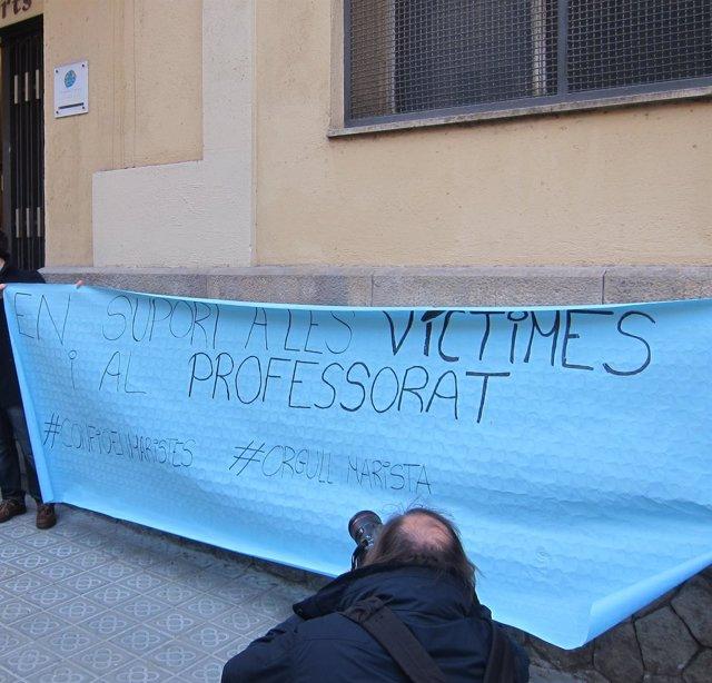 Pancarta ante el colegio de Barcelona donde hubo presuntamente pederastia
