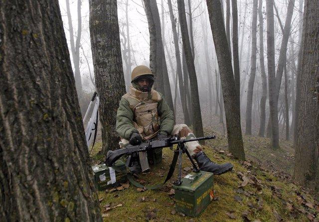 Soldado indio en Cachemira