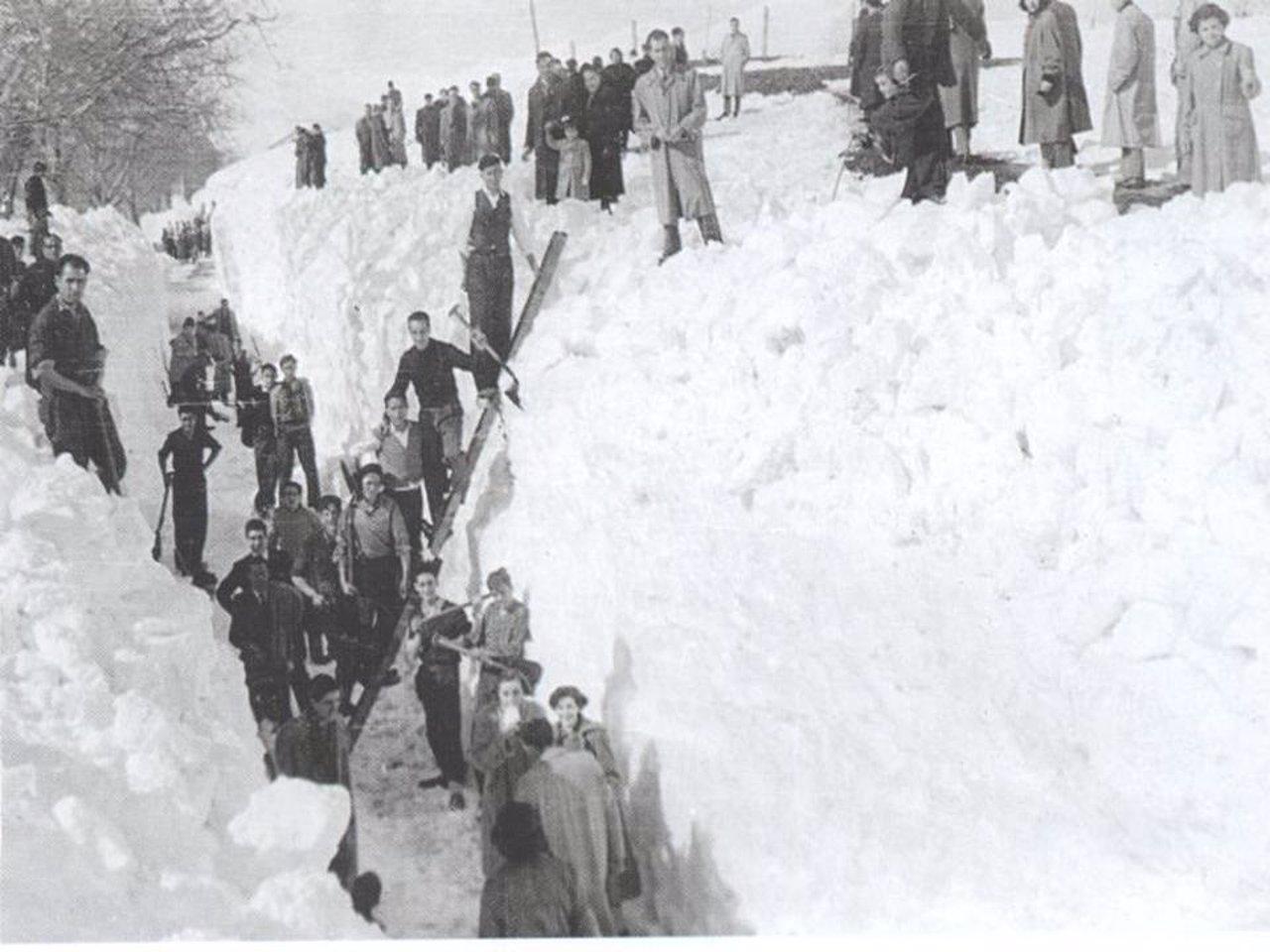 Habitantes de Reinosa (Cantabria) durante la 'nevadona'