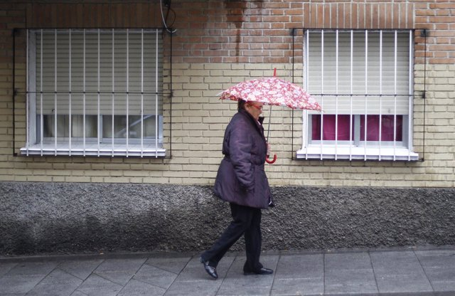 Una señora con su paraguas.