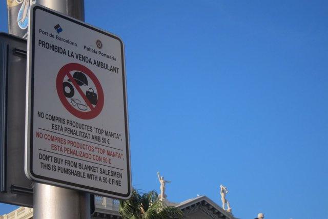 Señal que recuerda la prohibicón del 'top manta' en el Puerto de Barcelona