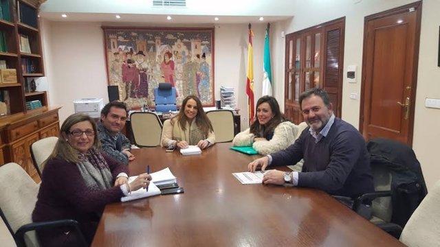 Ruiz (centro) durante la reunión mantenida con las directivas de ambos colegios