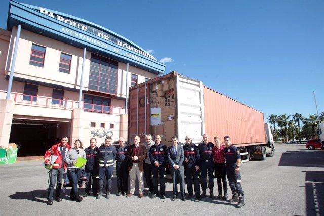 El alcalde de Marbella, José Bernal, con bomberos del municipio
