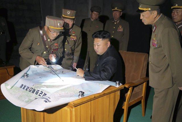 El general Ri Jong Gil, a la izquierda, con Kim Jong Un