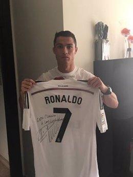Cristiano Ronaldo posa con la camiseta