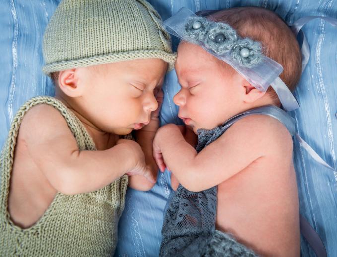 La familia con gemelos o mellizos