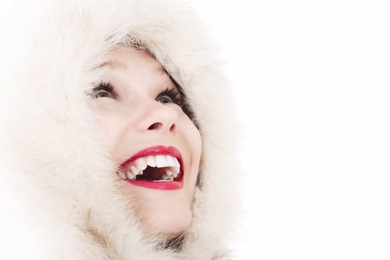 Blanqueamiento dental. Sonrisa. Dientes blancos