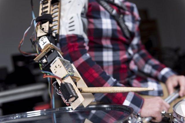 Tercer brazo para tocar la batería