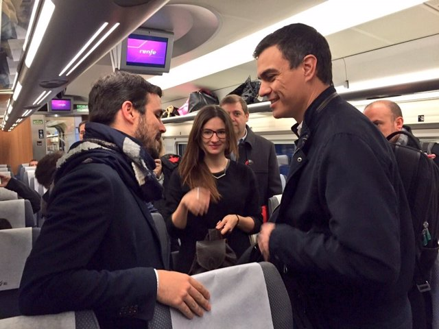 Pedro Sánchez y Alberto Garzón coinciden en el AVE hacia Valencia