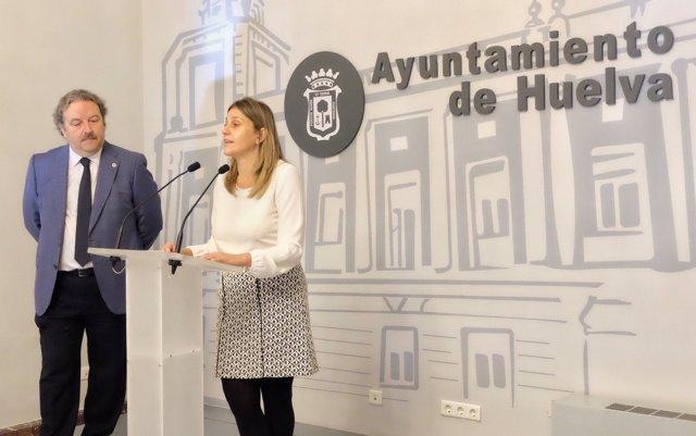 La edil María Villademiago y el director de la UNED en Huelva.