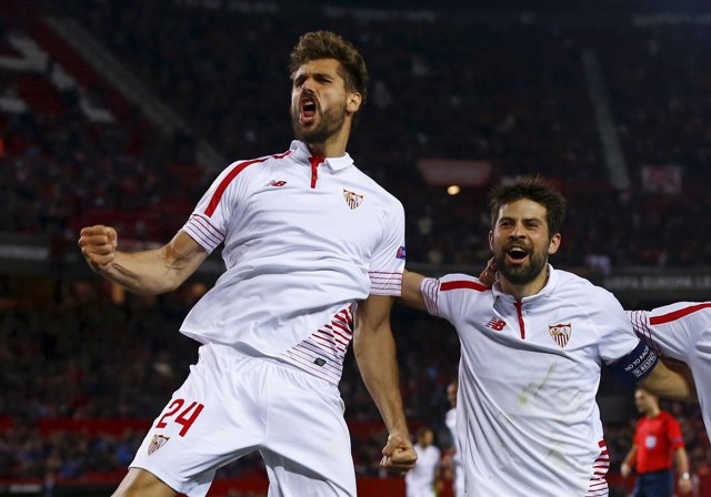 Fernando Llorente y Coke celebran un gol del Sevilla
