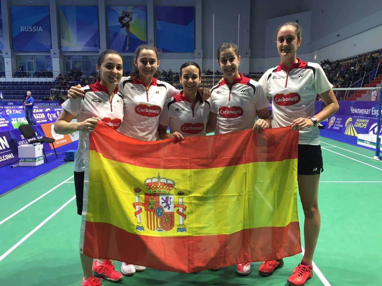 El equipo español femenino celebra su pase