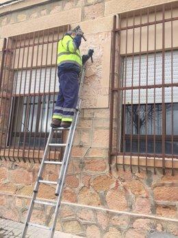 Un operario municipal destruye la placa en Sepúlveda