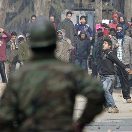 Tres policías y un civil muertos en un ataque insurgente en Cachemira