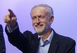 """Corbyn desdeña el """"espectáculo de feria"""" de Cameron, pero reitera su apoyo a seguir en la UE"""