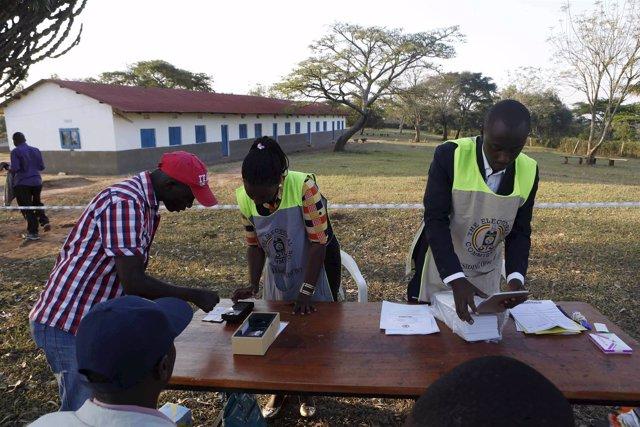 Un hombre vota durante las elecciones presidenciales en Uganda