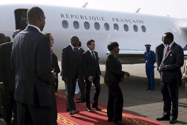 Manuel Valls junto a su homólogo de Burkina Faso, Paul Kaba Thieba