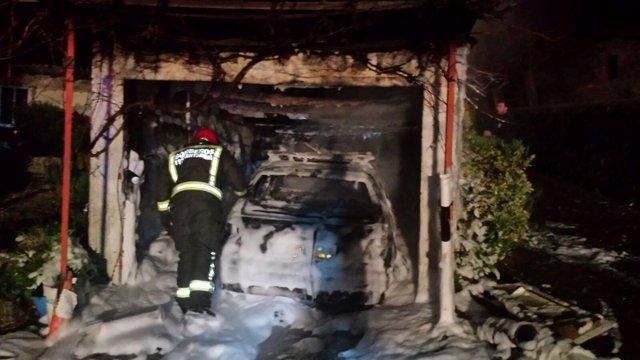 Extinción del fuego en el garaje de Iruz