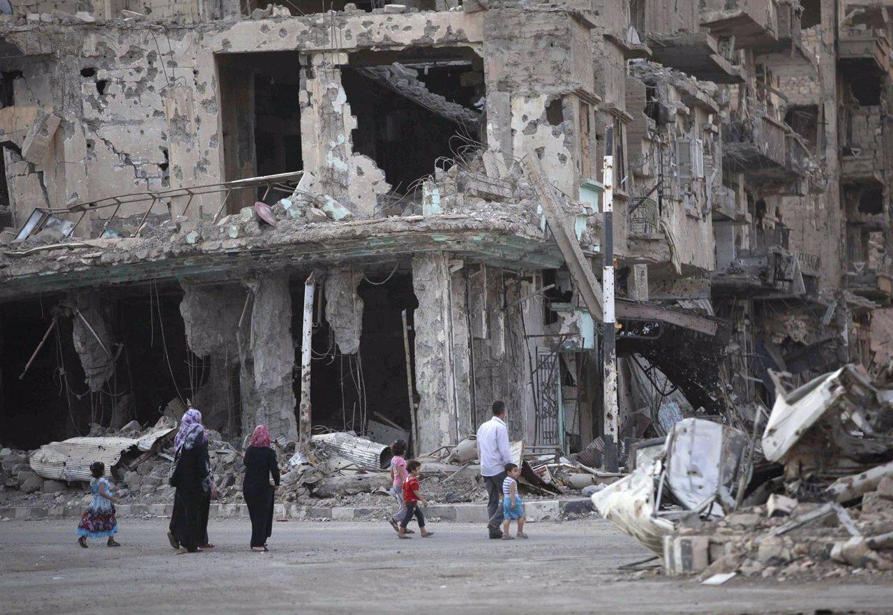 Una calle dañada y repleta de escombros en el distrito Deir al-Zor, Siria