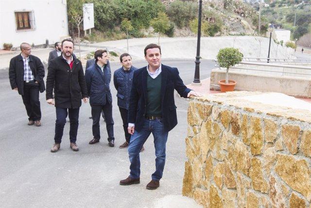 Javier A. García, vicepresidente de la Diputación, visitando obras en Bédar.