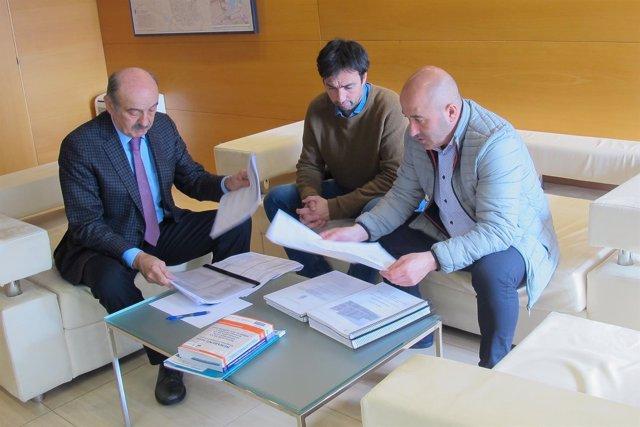 José María Mazón con el alcalde de Cartes