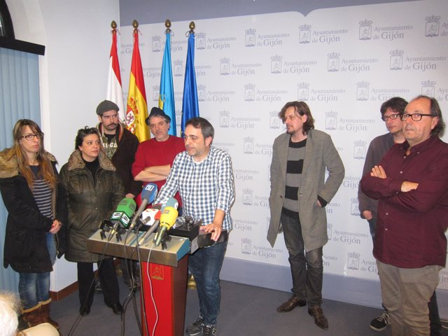 Los concejales de XSP, durante la presentación de la propuesta.