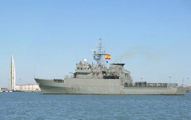 El buque milital 'Atalaya' zarpa de Ferrol hacia aguas de África occidental