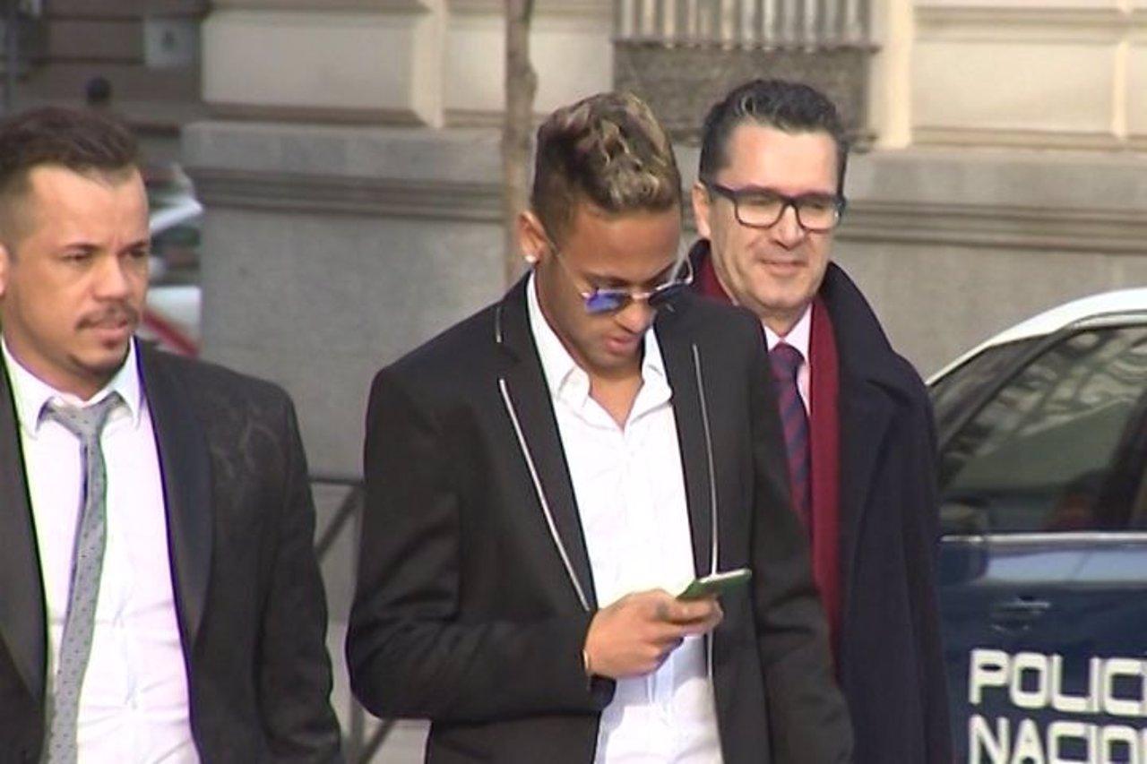 Neymar declara ante el juez durante una hora y media