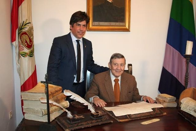 Llamas (izda.) junto al embajador de Perú, Rafael Roncagliolo