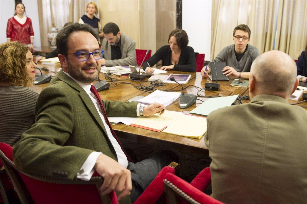 Los equipos negociadores de PSOE y Podemos se reúnen en el Congreso