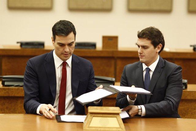 Pedro Sánchez y Rivera firman el acuerdo en el Congreso