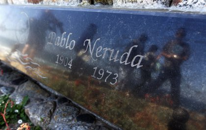 Examinan una bacteria hallada en el cadáver de Neruda