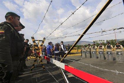 Vehículos colombianos cruzan la frontera con Venezuela después de seis meses