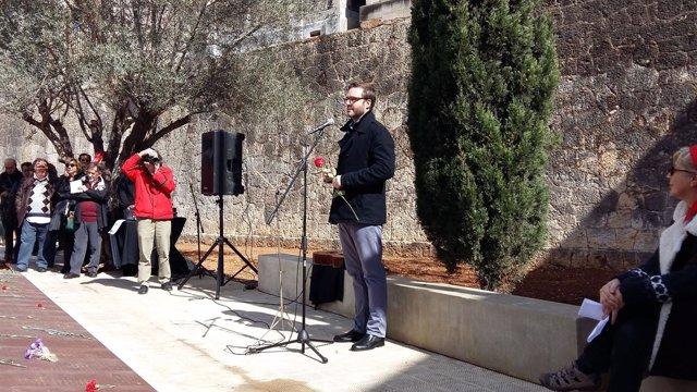 El alcalde José Hila en el Muro de la Memoria