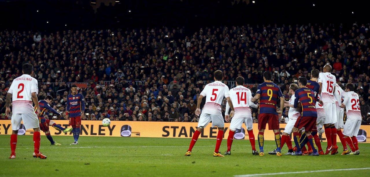 Messi anota de falta el 1-1 ante el Sevilla