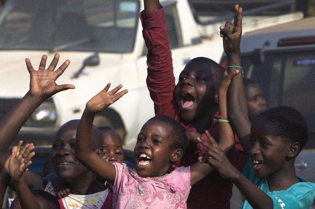 Niños en Uganda durante un acto electoral del opositor Kizza Besigye