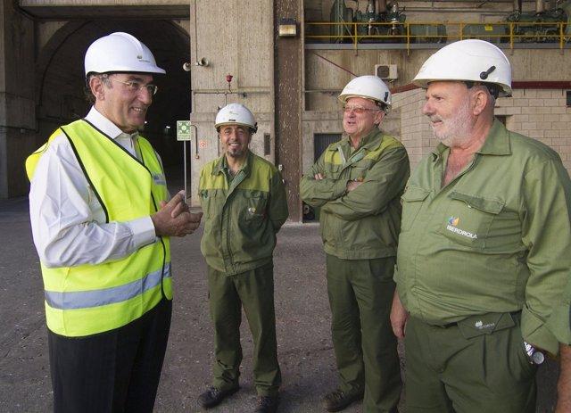 Ignacio Galán, con trabajadores  de Iberdrola