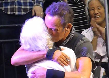 Bruce Springsteen baila en el escenario con una fan de 91 años