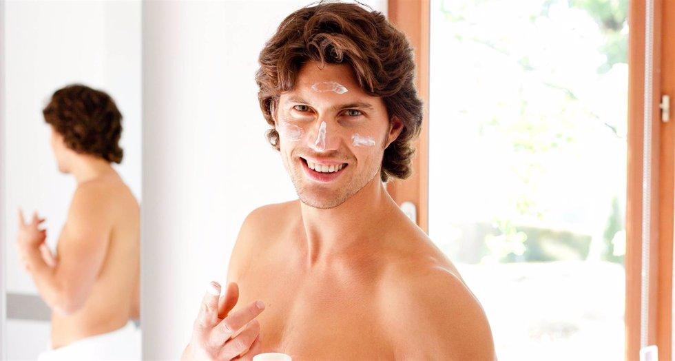 Hombre poniéndose crema