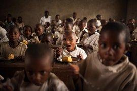 Cinco historias de éxito de las comidas escolares del PMA