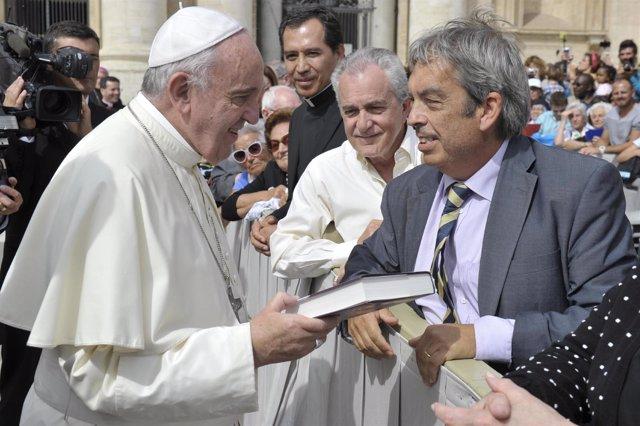 Jimmy Burns entrega al Papa su libro 'Franciscus. El Papa de la promesa'