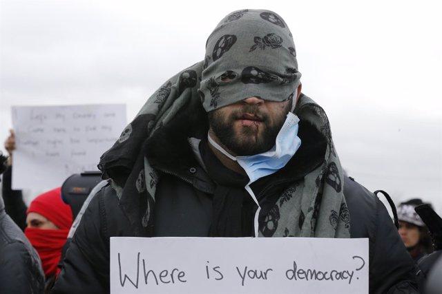 Un inmigrante se cose la boca en el campamento de Calais (Francia)